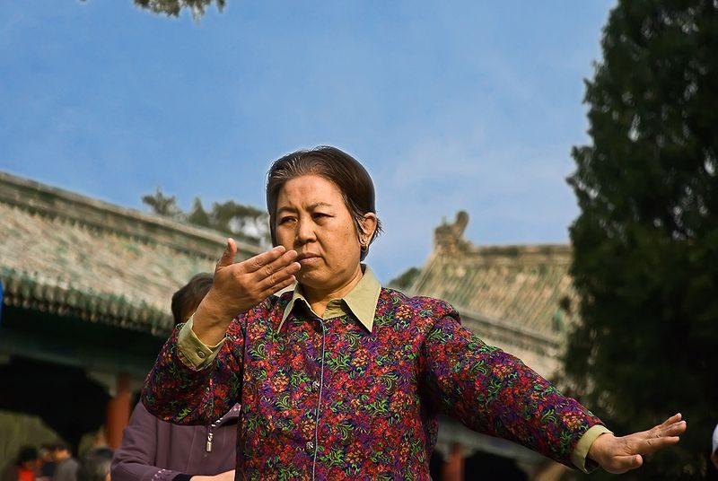 Mujer practicando Tai Chi